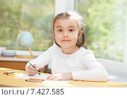 Купить «Девочка сидит за столом и рисует», фото № 7427585, снято 7 мая 2015 г. (c) Алексей Кузнецов / Фотобанк Лори
