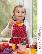 Купить «Девочка играет в повара», фото № 7428485, снято 7 мая 2015 г. (c) Алексей Кузнецов / Фотобанк Лори