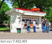 Купить «Уличное кафе в Парке Горького в Москве», эксклюзивное фото № 7432901, снято 14 мая 2015 г. (c) lana1501 / Фотобанк Лори