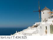 Знаменитая ветряная мельница - символ деревни Ия на Санторини, Греция (2014 год). Стоковое фото, фотограф Наталия Елсукова / Фотобанк Лори