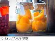 Купить «Персиковый компот в стеклянных банках», фото № 7439809, снято 7 апреля 2015 г. (c) Константин Лабунский / Фотобанк Лори