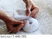 Купить «Вязание крючком», фото № 7440785, снято 19 августа 2013 г. (c) Морозова Татьяна / Фотобанк Лори