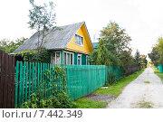 Купить «Дом на дачной улице», эксклюзивное фото № 7442349, снято 20 августа 2013 г. (c) Алёшина Оксана / Фотобанк Лори