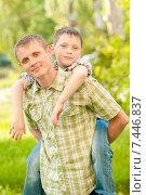 Отец и мальчик на природе летом. Стоковое фото, фотограф Евгения Устиновская / Фотобанк Лори