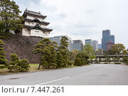 Купить «Вид на трехэтажную башню Fujimi-yagura на внутренней территории Императорского дворца и городские небоскребы в центре города. Токио, Япония», фото № 7447261, снято 10 апреля 2013 г. (c) Кекяляйнен Андрей / Фотобанк Лори