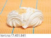 Купить «Пирожное безе на желтой скатерти», эксклюзивное фото № 7451841, снято 18 мая 2015 г. (c) Яна Королёва / Фотобанк Лори