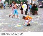 Купить «Дети рисуют мелками на асфальте на ВВЦ (ВДНХ) в Москве», эксклюзивное фото № 7452429, снято 27 июня 2009 г. (c) lana1501 / Фотобанк Лори