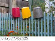 Купить «Деревенский забор с висящими на нем ведрами», фото № 7452525, снято 6 сентября 2014 г. (c) Константин Пекарь / Фотобанк Лори