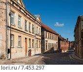 Купить «Улица в старом городе, Кулдига, Латвия», фото № 7453297, снято 3 сентября 2014 г. (c) Юлия Бабкина / Фотобанк Лори