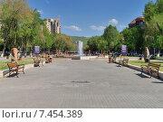 Парк рядом с Ереванским вернисажем (2015 год). Редакционное фото, фотограф VahanN / Фотобанк Лори
