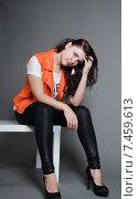 Красивая девушка сидит на стуле. Стоковое фото, фотограф Эллина Туровская / Фотобанк Лори