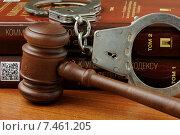 Купить «Судейский молоток, наручники и Уголовный кодекс Российской Федерации лежат на столе», фото № 7461205, снято 30 апреля 2015 г. (c) Денис Ларкин / Фотобанк Лори