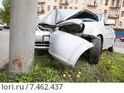 Купить «Искореженный об столб бампер и капот автомобиля», фото № 7462437, снято 20 мая 2015 г. (c) Кекяляйнен Андрей / Фотобанк Лори
