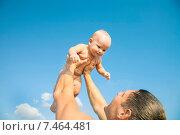 Отец поднимает ребенка к небу. Стоковое фото, фотограф Maria Siurtukova / Фотобанк Лори