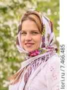Купить «Красивая женщина в платке на размытом фоне», фото № 7466485, снято 19 мая 2015 г. (c) Алексей Кокорин / Фотобанк Лори