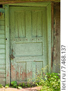 Купить «Старая деревянная дверь», фото № 7468137, снято 8 июня 2014 г. (c) Наталья Двухимённая / Фотобанк Лори