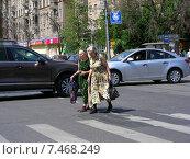 Купить «Люди переходят дорогу по пешеходному переходу, Первомайская улица, Москва», эксклюзивное фото № 7468249, снято 26 мая 2014 г. (c) lana1501 / Фотобанк Лори