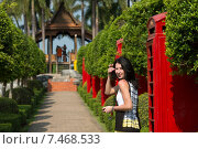 Девушка в тропическом саду Нонг Нуч. Таиланд. (2015 год). Стоковое фото, фотограф Евгений Андреев / Фотобанк Лори