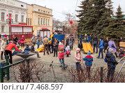 Детская площадка с играющими детьми, Нижний Новгород, эксклюзивное фото № 7468597, снято 19 апреля 2015 г. (c) Константин Косов / Фотобанк Лори