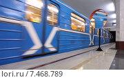 Купить «Поезд метрополитена прибывает на станцию», видеоролик № 7468789, снято 22 июля 2018 г. (c) FotograFF / Фотобанк Лори