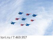Купить «Воздушный парад в честь празднования Дня Победы», фото № 7469957, снято 9 мая 2015 г. (c) Павел Лиховицкий / Фотобанк Лори