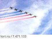Купить «Воздушный парад в честь празднования Дня Победы», фото № 7471133, снято 9 мая 2015 г. (c) Павел Лиховицкий / Фотобанк Лори