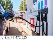 Купить «Легковой автомобиль заправляется бензином на автозаправочной станции», фото № 7472325, снято 14 октября 2018 г. (c) FotograFF / Фотобанк Лори