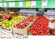 Купить «Продажа свежих фруктов в супермаркете Пятерочка», фото № 7472349, снято 17 июля 2018 г. (c) FotograFF / Фотобанк Лори