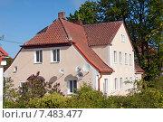 Купить «Старый отремонтированный дом с красной черепичной крышей», эксклюзивное фото № 7483477, снято 24 мая 2015 г. (c) Svet / Фотобанк Лори