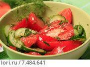 Купить «Салат из свежих помидоров и огурцов в зеленой миске», эксклюзивное фото № 7484641, снято 26 мая 2015 г. (c) Яна Королёва / Фотобанк Лори