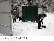 Расчистка снега у ворот на дачном участке (2015 год). Редакционное фото, фотограф Lana / Фотобанк Лори