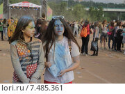 "Две девушки на фестивале красок ""Холи"" в Лужниках (2015 год). Редакционное фото, фотограф Галина Нагаева / Фотобанк Лори"