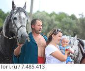 Казак с женой и ребенком (2011 год). Редакционное фото, фотограф Нина Ефремова / Фотобанк Лори