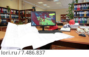 Купить «Рабочее место дизайнера в проектном бюро, чертежи на столе, 3D модель на экране», видеоролик № 7486837, снято 6 апреля 2015 г. (c) Кекяляйнен Андрей / Фотобанк Лори