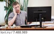 Начальник разговаривает по сотовому телефону, садится в кресло на рабочем месте. Стоковое видео, видеограф Кекяляйнен Андрей / Фотобанк Лори