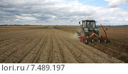 Обработка картофельного поля весной (2015 год). Стоковое фото, фотограф Андрей Силивончик / Фотобанк Лори