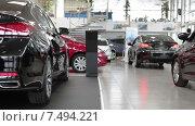 Купить «Новые автомобили на продажу в городском автосалоне», видеоролик № 7494221, снято 22 апреля 2015 г. (c) Кекяляйнен Андрей / Фотобанк Лори