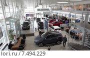 Купить «Шоурум автодилера по продаже автомобилей Hyundai. Вид сверху», видеоролик № 7494229, снято 22 апреля 2015 г. (c) Кекяляйнен Андрей / Фотобанк Лори
