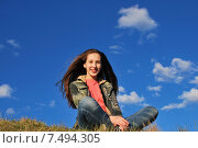 Купить «Счастливая девочка сидит на траве», фото № 7494305, снято 30 мая 2015 г. (c) Ирина Здаронок / Фотобанк Лори
