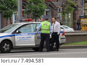 Сотрудник ДПС беседует с нарушителем правил дорожного движения (2015 год). Редакционное фото, фотограф demon15 / Фотобанк Лори