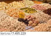 Купить «Турецкие сладости на прилавке Гранд базара в Стамбуле», фото № 7495229, снято 12 мая 2015 г. (c) Наталья Волкова / Фотобанк Лори