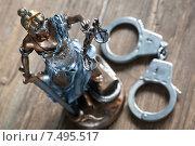 Купить «Правосудие. Статуя Фемиды и наручники», фото № 7495517, снято 28 мая 2015 г. (c) Evgenia Shevardina / Фотобанк Лори