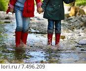 Купить «Дети идут по горной речке в резиновых сапогах», фото № 7496209, снято 1 апреля 2020 г. (c) Дарья Петренко / Фотобанк Лори