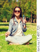 smiling young girl with bottle of water in park. Стоковое фото, фотограф Syda Productions / Фотобанк Лори