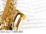 Купить «Блестящий золотой саксофон лежит на нотных листах», фото № 7499881, снято 23 февраля 2015 г. (c) Сергей Новиков / Фотобанк Лори