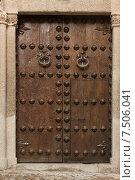 Древняя кованная дверь старинного дома на улице Толедо, Испания (2014 год). Стоковое фото, фотограф Наталия Елсукова / Фотобанк Лори