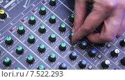 Купить «Мужской DJ управляет звуком», видеоролик № 7522293, снято 11 апреля 2015 г. (c) Потийко Сергей / Фотобанк Лори