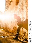 Купить «Грустная девочка подросток стоит, прислонившись  к стене», фото № 7524005, снято 26 января 2013 г. (c) Оксана Ковач / Фотобанк Лори