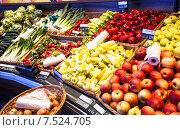 Купить «Лотки со свежими овощами на рынке», фото № 7524705, снято 19 апреля 2015 г. (c) Оксана Ковач / Фотобанк Лори