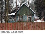 Деревенский дом за забором. Стоковое фото, фотограф Павел Нефедов / Фотобанк Лори